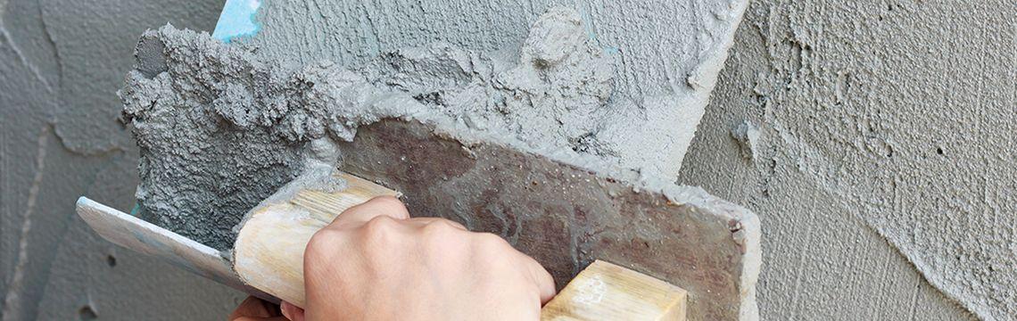 Muur wordt gestucced door Stukadoor Den Haag